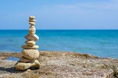 在葡萄牙海岸的石塔与大西洋在背景中 库存照片