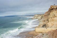 在葡萄牙西部海岸的海滩从Almagreira到普腊亚d'El Rei (Beach国王的) 库存照片