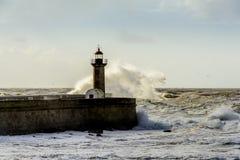 在葡萄牙语大西洋的巨大的波浪打击的灯塔 免版税图库摄影
