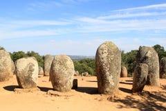 在葡萄牙附近的almendres cromeleques evora 免版税库存照片