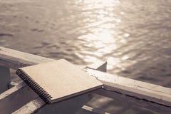 在葡萄酒乌贼属口气的螺纹笔记本 免版税图库摄影