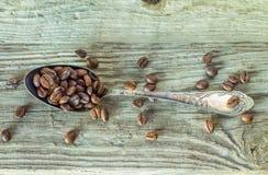 在葡萄酒匙子的烤咖啡豆 免版税库存图片