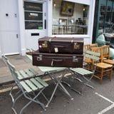 在葡萄酒商店附近的手提箱在Portobello市场上, 库存照片