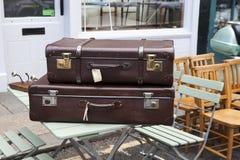 在葡萄酒商店附近的手提箱在Portobello市场上, 免版税库存照片