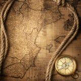 在葡萄酒地图的老指南针 免版税库存照片