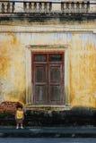 在葡萄酒墙壁上的女婴 免版税图库摄影