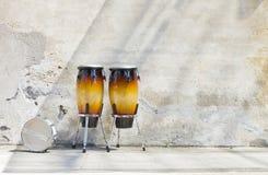 在葡萄酒墙壁前面的二康茄舞 免版税图库摄影