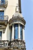 在葡萄酒大厦的美丽的窗口在巴塞罗那,西班牙语 免版税库存照片