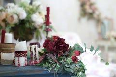 在葡萄酒屋子内部的人造花花束 库存图片
