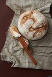 在葡萄酒布料的新鲜面包 免版税库存图片