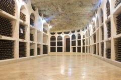 在葡萄酒库里酒堆积的瓶 Cricova酿酒厂在摩尔多瓦,欧洲 库存照片