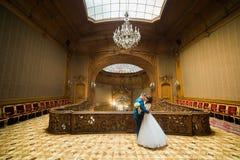 在葡萄酒房子的典雅的婚礼夫妇跳舞老冰屑玻璃天花板前面的  免版税图库摄影