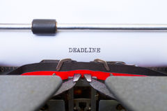 在葡萄酒打字机键入的截止日期 免版税库存照片