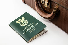 在葡萄酒旅行袋子旁边的一本南非护照 这个图象可以用于代表旅行或移民 图库摄影