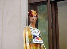 在葡萄酒服装店前面的时装模特 免版税库存图片