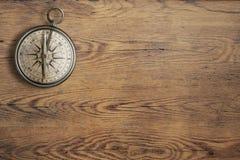 在葡萄酒木台式视图的老指南针 免版税库存图片