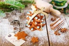 在葡萄酒木后面的自创被烘烤的圣诞节姜饼树 库存图片