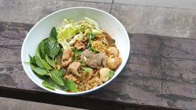在葡萄酒木头的小船面条猪肉泰国食物 库存图片