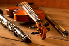 在葡萄酒木头的经典音乐小提琴和单簧管 图库摄影