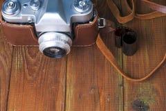 在葡萄酒木板抽象背景的老减速火箭的照相机 复制文本的空间 免版税图库摄影