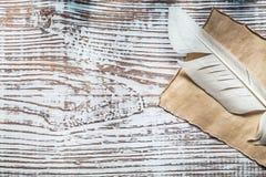 在葡萄酒木板的中世纪羊皮纸羽毛 库存照片