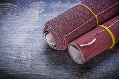 在葡萄酒木板研磨材料的滚动的沙纸 库存图片