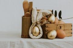 在葡萄酒木箱的布朗和金有机鸡蛋 免版税库存图片