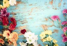 在葡萄酒木背景的五颜六色的花花束, 库存图片