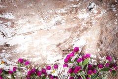 在葡萄酒木背景的五颜六色的花花束 免版税库存照片