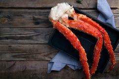 在葡萄酒木背景的新鲜的螃蟹爪 免版税库存图片