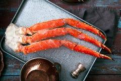 在葡萄酒木背景的新鲜的螃蟹爪 免版税库存照片