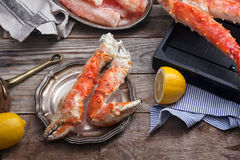 在葡萄酒木背景的新鲜的螃蟹爪 库存照片