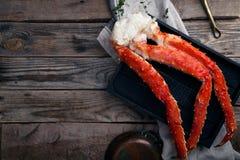 在葡萄酒木背景的新鲜的螃蟹爪 免版税图库摄影