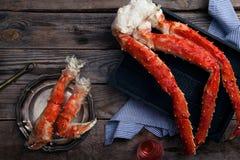 在葡萄酒木背景的新鲜的螃蟹爪 图库摄影