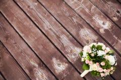 在葡萄酒木背景的美丽的婚礼花束 婚姻概念 免版税库存照片