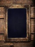 在葡萄酒木背景的年迈的菜单黑板 空的Chal 库存照片