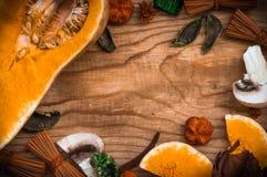 在葡萄酒木背景-秋天收获农村s的菜 库存图片