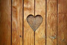 在葡萄酒木头关闭雕刻的一心脏形状  库存照片
