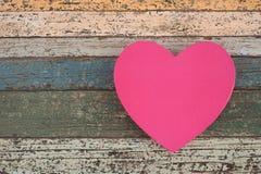 在葡萄酒木头桌上的桃红色心脏礼物盒 库存图片