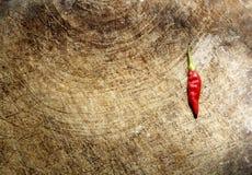 在葡萄酒木头的炽热辣椒 免版税库存图片