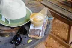 在葡萄酒木头背景的咖啡时间 免版税库存图片