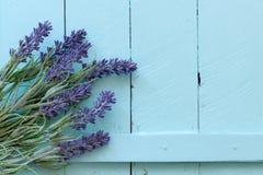 在葡萄酒木头背景的花 免版税图库摄影