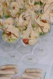 在葡萄酒杯供食的开胃沙拉 免版税库存照片