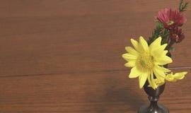 在葡萄酒杯子的向日葵 免版税图库摄影