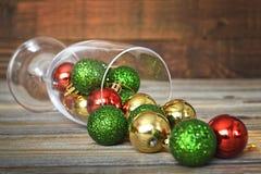 在葡萄酒杯的五颜六色的圣诞节球 免版税库存图片