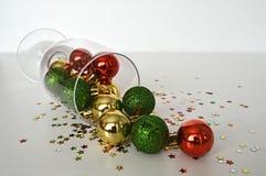 在葡萄酒杯的五颜六色的圣诞节球 库存照片