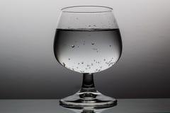 在葡萄酒杯的刷新的饮料 免版税库存图片