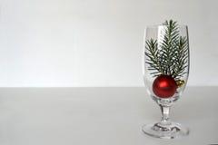 在葡萄酒杯的圣诞节安排 免版税库存照片