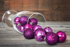 在葡萄酒杯的圣诞节球 库存图片