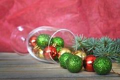 在葡萄酒杯的圣诞节球 免版税库存照片
